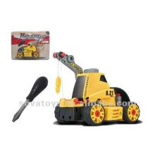 Le camion préféré de l'enfant assemble le jouet