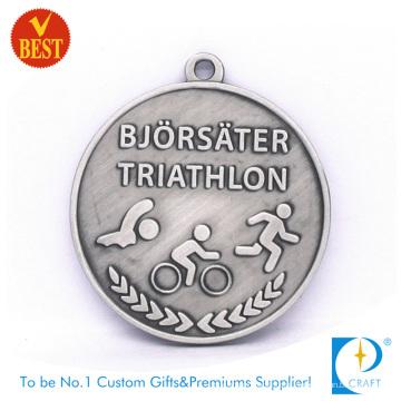 Pressão liga de zinco personalizada barata que carimba a medalha do Triathlon 3D na cor do metal
