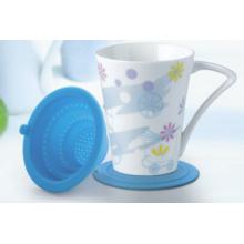 Taza de la porcelana con el embudo del silicio del té y la tapa