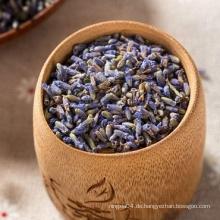 Bio-Tee mit getrockneten Lavendelblüten