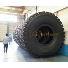 Neumático OTR gigante y llanta de rueda