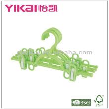Cabide de saia de plástico com clipes e um rack de cinto