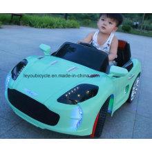 Os meninos gostam do carro elétrico do brinquedo