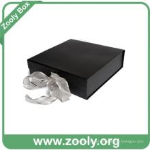 Pequena caixa de papel preta decorativa dobrada com fita