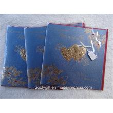 Ouro do coração que carimba o cartão do marfim Cartões de presente feitos-à-mão do cumprimento com envoltório vermelho