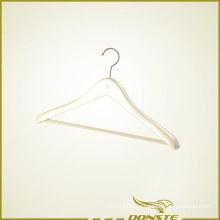 Белая деревянная вешалка для одежды