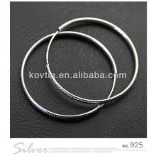 Os brincos da aro da prata esterlina da forma os mais novos