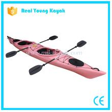 2 personas se sientan en barco plástico Kayak de mar venta
