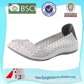 Las mujeres cómodas ligeras tejen los zapatos