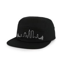 черная шляпа в стиле милитари с несколькими панелями и плоской вышивкой