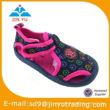 Zapato común de la sandalia del niño