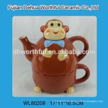 Tetera de cerámica con copa en el diseño de mono