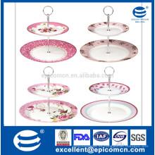Foto de rodaje de serie de color rosa agradable flor de jardín decorado porcelana 2 tarta conjunto de pie pastel