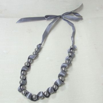 Custom Grey Pearl Charm Necklace dengan Ribbon