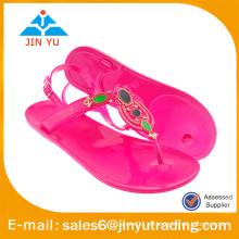 Sandalias cristalinas hermosas de la muchacha de los zapatos de la jalea