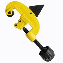 A mão utiliza ferramentas o cortador de cobre liga de cobre do tubo do cortador de tubulação