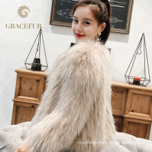 Abrigos de pieles verdaderos del mapache de las señoras atractivas