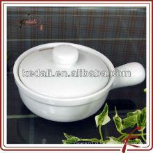 Panela de cerâmica branca com tampa