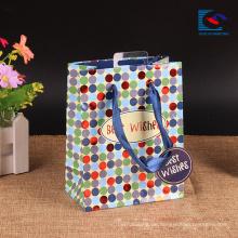Kundenspezifisches Kleidungs-Papiereinkaufstaschen weißes Kraftpapier mit verdrehtem Griff