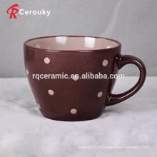 Petite tasse de lait en céramique bon marché avec des taches
