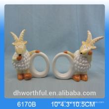 Elegante anillo de servilleta de papel de cerámica con estatuilla de cabra