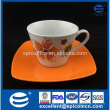 Las tazas de cerámica 220cc de la promoción común con los platillos en caja de color