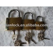 Cadeado de ferro dourado com chave cruzada