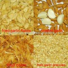 Жареный лук и обжаренные чесночные гранулы и хлопья