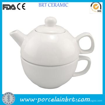 Théière blanche pour une théière en céramique avec tasse
