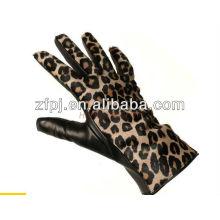 Sexy señoras vestir guantes de cuero con el leopardo de vuelta en Europa
