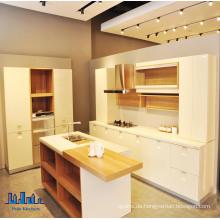 Schöne moderne kleine Glanz weiße Küche