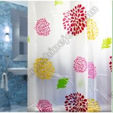Rideau de douche dans la salle de bain