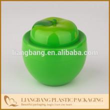 Зеленое яблоко с пластиковой банкой