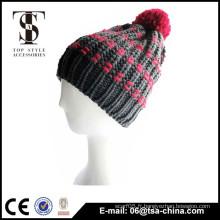 Le bonnet acrylique d'hiver à motifs à la mode avec pom pom