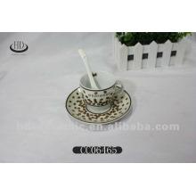 Taza de café de calcomanías de oro con platillo