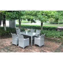 Mesa y silla de mimbre al aire libre