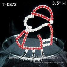 A coroa pequena do concerto do Natal do cristal vermelho pequeno do miúdo