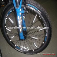 brille dans le réflecteur de rayon de roue de bicyclette sombre
