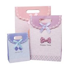 Kundenspezifische Papiertüte. Geschnittene süße Papiertüte Geschenktüte