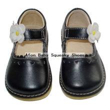 Черные ботинки младенца с белизной цветка малышей ботинок 0-24months