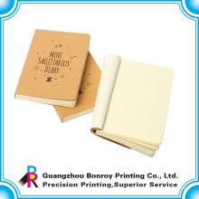 Kleines Kraft-Notizbuch mit leeren Seiten innerhalb der benutzerdefinierten Größe