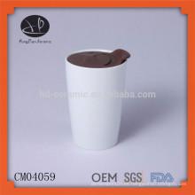 Taza cerámica de cerámica blanca con tapa de plástico