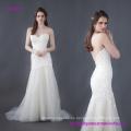 Precioso vestido de novia de encaje de flores con una blusa larga y ajustada y una falda de tul en capas