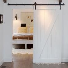 Porta de madeira tradicional do celeiro deslizante com ferragem da porta de celeiro
