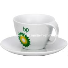 Tordez la tasse de café de poignée et la plaque
