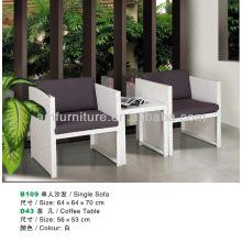 mesa de centro de vime branco e sofá