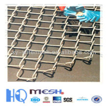 Ajuster la clôture de la chaîne de la grille dans une belle forme