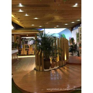 Desde el techo superior hasta el piso inferior con madera de cedro rojo