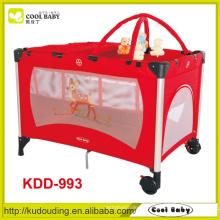 Fabricant Hot Sales Red Baby Playpen Double couche avec matelas Changeur de couches Bar à jouets avec 5 jouets Plateau pliable pour bébé