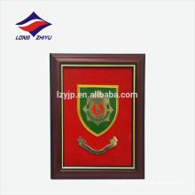 Fundo vermelho retângulo forma enganchando placa de prêmio de madeira